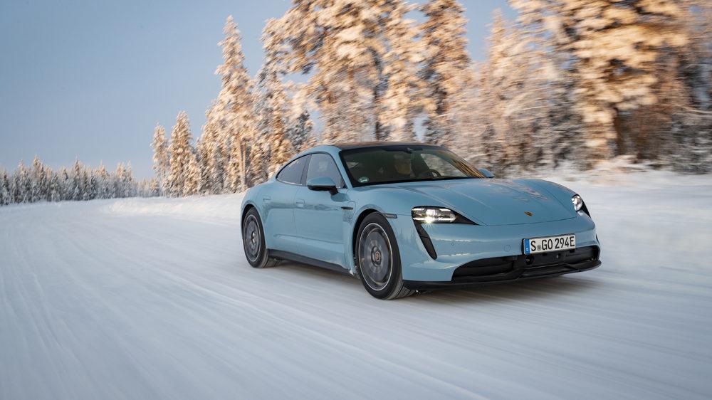 Porsche Taycon auf Schnee