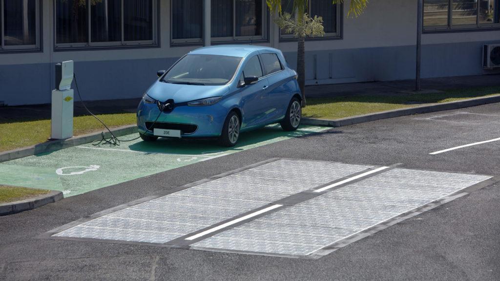 In die Fahrbahn integrierte Solarmodule von Wattway auf der französischen Insel Reunion im indischen Ozean. Der Strom kann direkt in eine Ladestation für Elektroautos fließen.