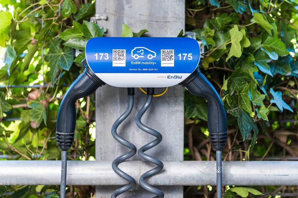 """Im Rahmen des Projekts """"interne Ladeinfrastruktur"""" (iLIS) hat die EnBW an all seinen Standorten 720 Ladepunkte eingerichtet, an denen die Mitarbeiter ihre neuen Elektroautos zu Sonderkonditionen laden können. Foto: EnBW"""