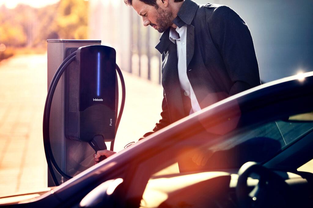 Laden eines Elektroautos an einer Ladestation von Webasto
