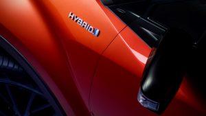 Hybrid-Schriftzug auf einem Toyota-Fahrzeug