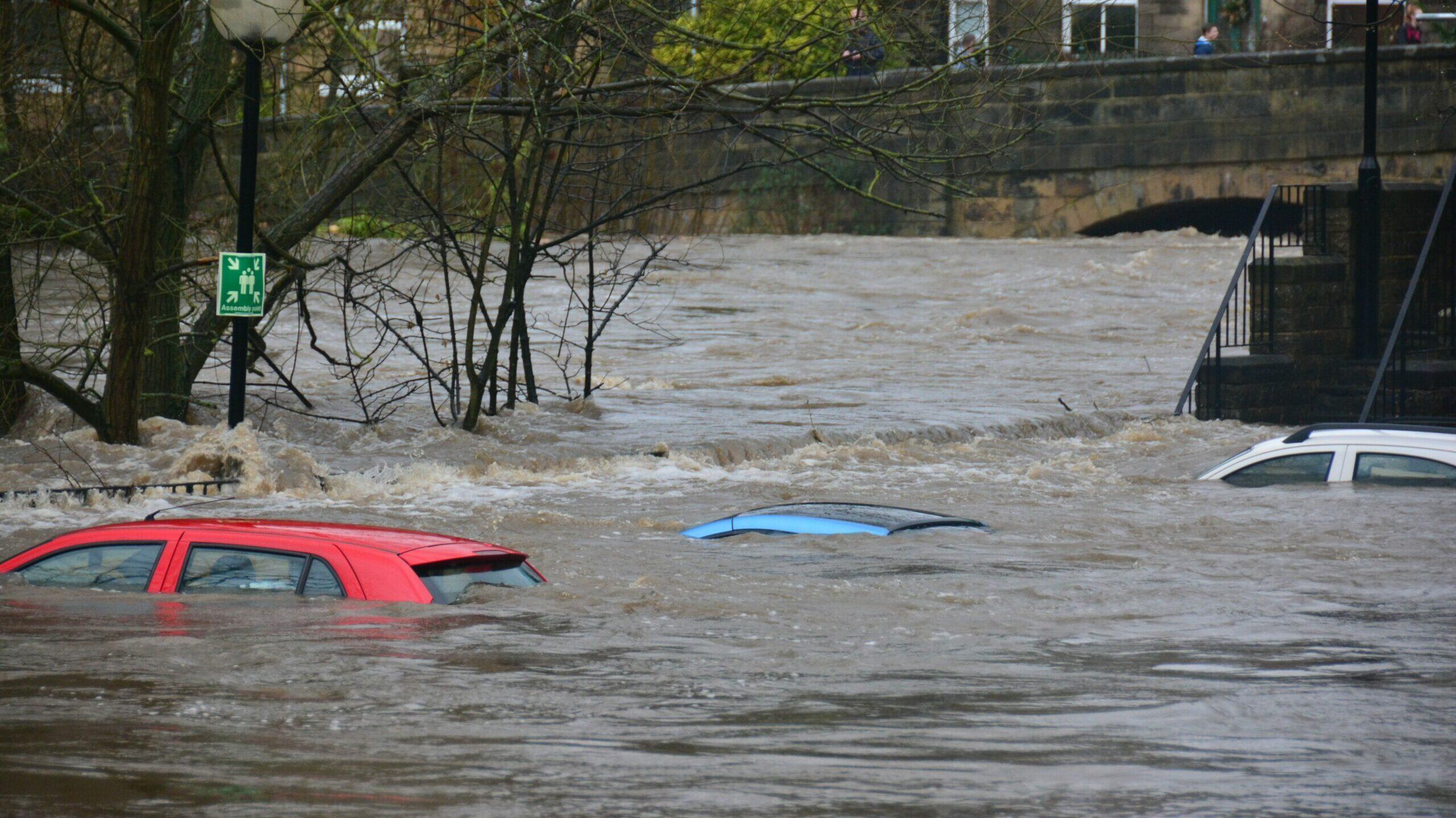 Autos im Hochwasser
