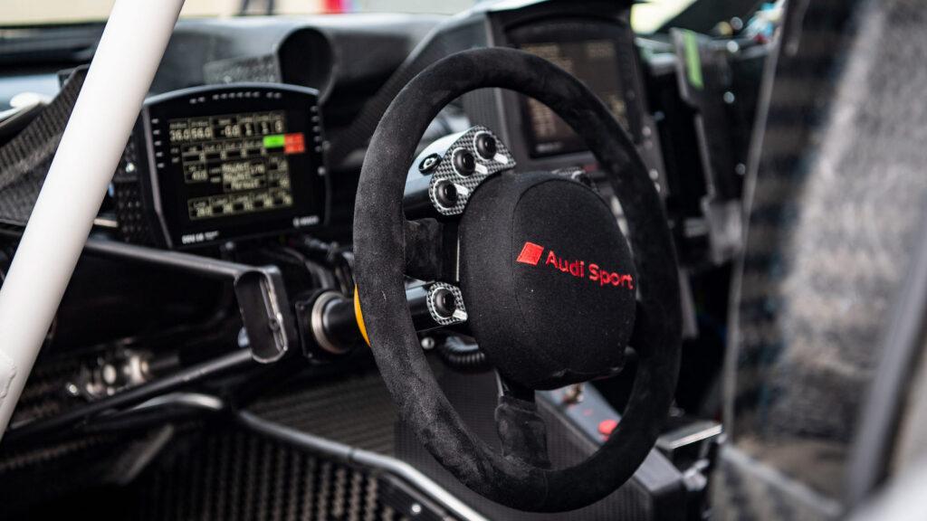 Blick ins Innere des teilelektrischen Buggy  Mit den vollelektrischen Serienfahrzeugen von Audi wie dem e-tron GT hat der RS Q e-tron wenig gemein. Weder den vollelektrischen Antrieb, noch die Eleganz oder die Höchstgeschwindigkeit. Foto: Audi Sport