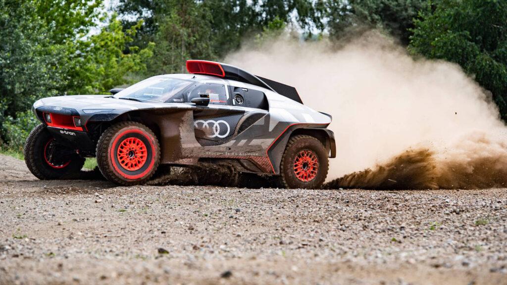 Wirbelt eine Menge Staub auf  Der Audi RS Q E-Tron soll in erster Linie als Werbeträger dienen. Das Unternehmen verzichtet deshalb darauf, die drei Fahrzeuge für die Wüstenrallye in Saudi-Arabien mit Aufklebern anderer Sponsoren zu schmücken. Foto: Audi Sport