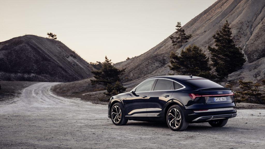 Ein schöner Rücken kann entzücken: Deutlich sportlicher als der normale e-tron kommt der neue Audi e-tron Sportback daher. Foto: Audi