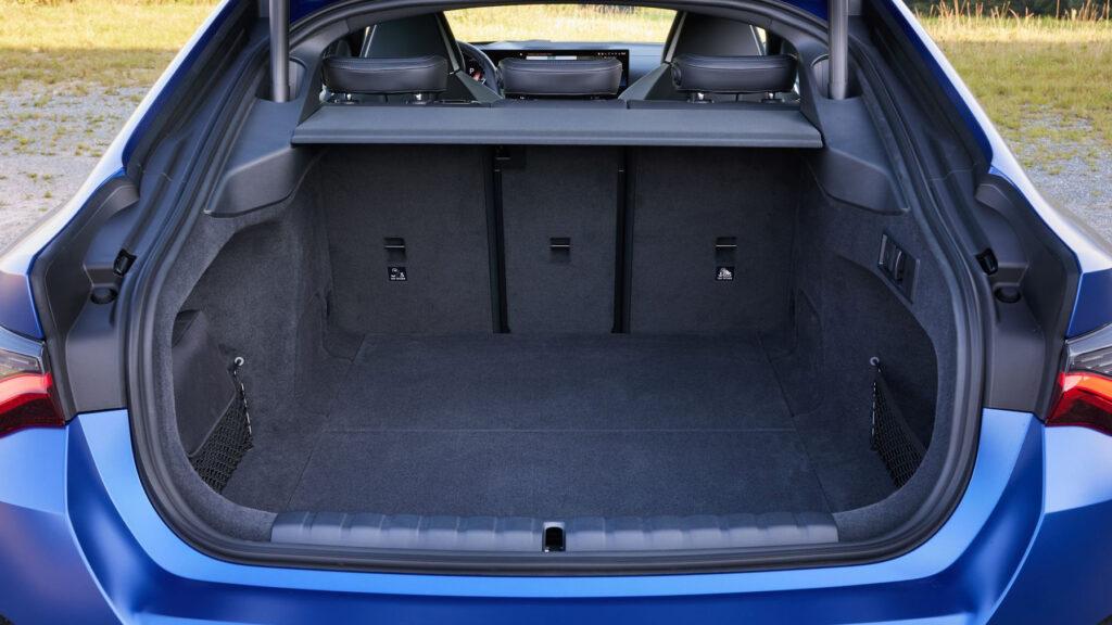 Ganz praktisch Die große Heckklappe erleichtert die Beladung des großen Kofferraums enorm. Bis zu 470 Liter passen im normalen zustand rein, mit umgeklappter Rückbank bis zu 1.290 Liter. Das sollte für den Familienurlaub reichen. Foto: BMW