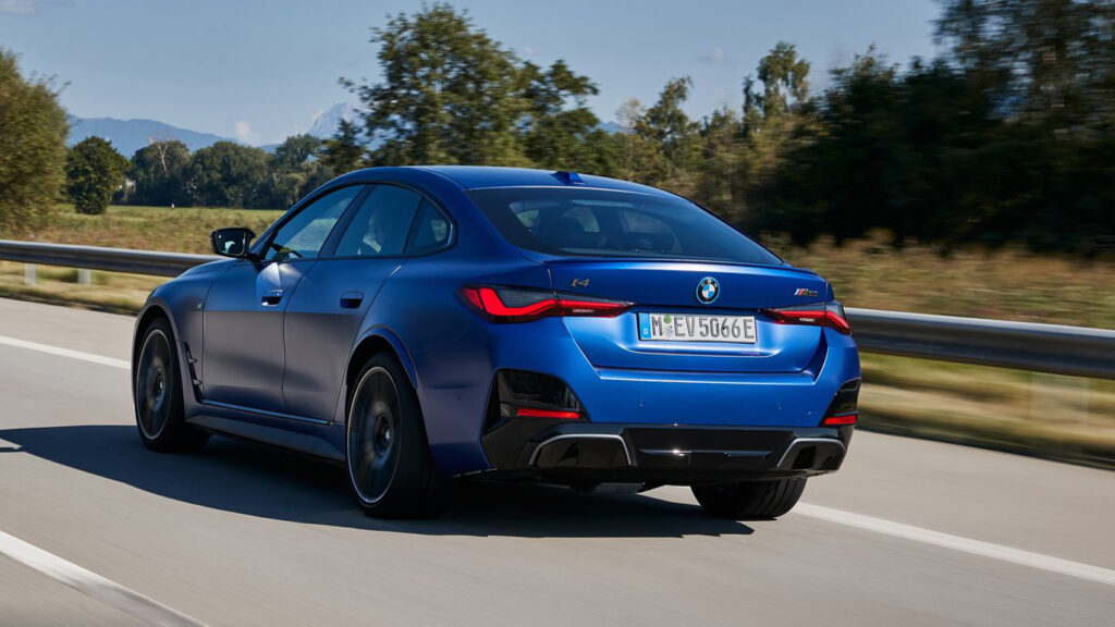 Ohne Auspuffrohre  Nur in Details unterscheidet sich der elektrische i4 von seiner benzinfressenden Verwandtschaft, dem 4er Grand Coupé. Foto: BMW