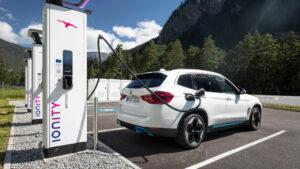 BMW iX3 an einer Ladestation von Ionity