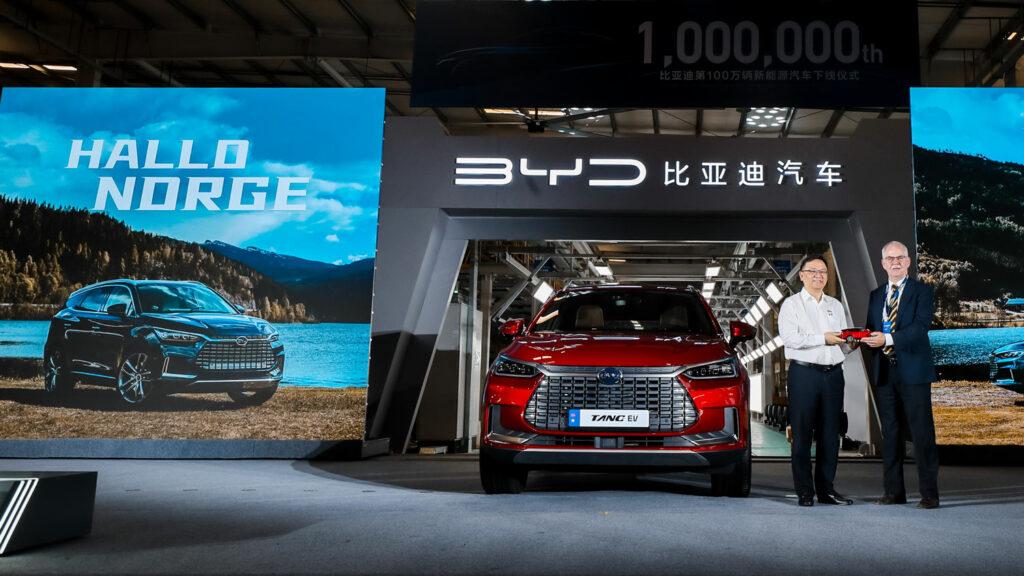 """Ab nach Norwegen BYD-Präsident Wang Chuanfut verabschiedete in Shenzhen die ersten 100 Elektro-SUVs vom Typ """"Tang"""" nach Norwegen. Ein Miniaturmodell des Stromers wurde an Rolf Petter Almklov von der Botschaft Norwegens übergeben. Foto: BYD"""