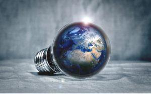 Weltkugel und Glühbirne