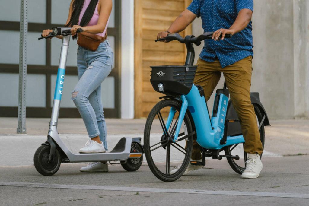 Wachsende Fahrzeugpalette  Bird fing 2017 in Kalifornien mit dem Verleih von Elektroscootern an. Inzwischen ist das Unternehmen in über 100 Städten weltweit aktiv. Und verliehen werden auch E-Bikes. Der Einstieg in den Handel mit E-Bikes ist der nächste Entwicklkungsschritt. Foto: Bird