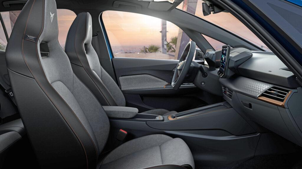 Stromer im Trainingsanzug  Der Curpa Born differenziert sich vom VW ID.3 durch einen sportlicheren Auftritt - und höherwertigeren Materialien insbesondere  im Innenraum. Die Sportschalensitze und kupferfarbenen Zierelemente sind Serienaustattung. Foto: Cupra