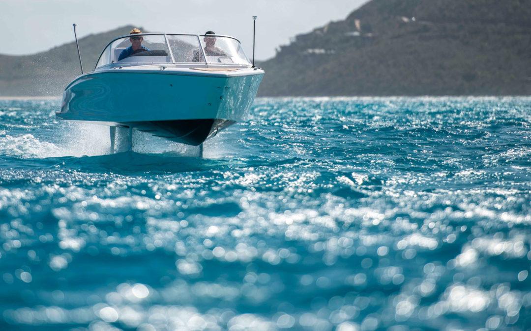 Das Elektroboot, das über die Wellen fliegt
