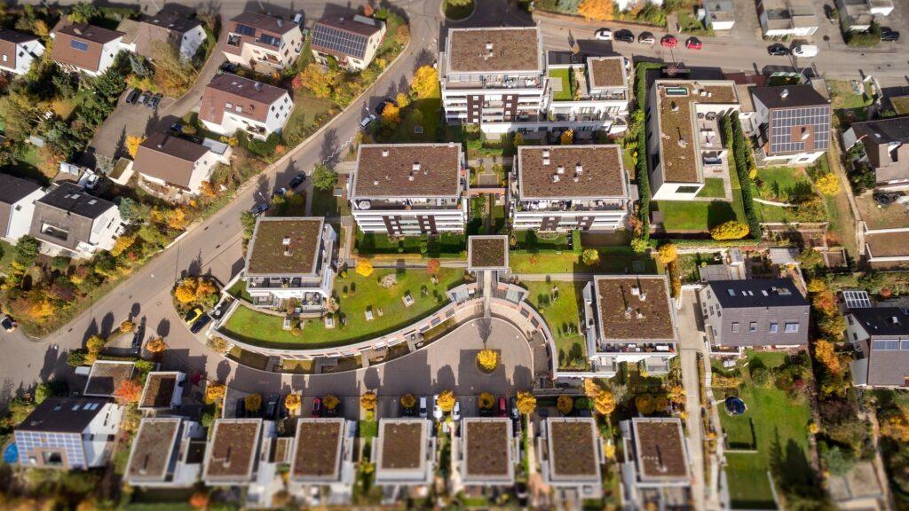 Wohnanlage Pura Vida aus der Drohnen-Perspektive  In Tamm bei Ludwigsburg wurde untersucht, ob die Anschlussleistung einer Wohnanlage auch für nachträglich in der Tiefgarage installierte Ladestationen reicht. Foto: Netze BW