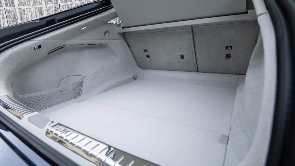 Ein Kofferraum muss genügen  Insgesamt 610 Liter fasst der doppelstöckige Stauraum im Heck. Bei umgelegter Rücksitzbank - auch das gibt es inzwischen in der Luxusklasse - werden daraus 1770 Liter. Fahrräder transportiert man mit einem Träger auf der Anhängerkupplung.