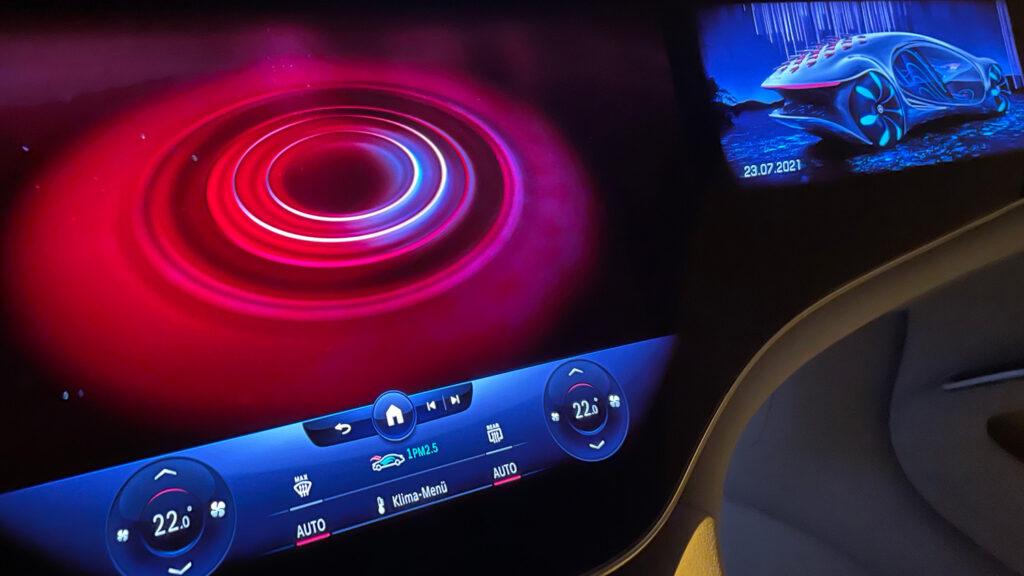 Großes Kino  Der riesige Hyperscreen gibt Routenempfehlungen auf der Basis von Satellitenbildern, sorgt mit Lichterspielen frü Entspannung und zeigt auf Wunsch auch bildgewaltig diei Beschleunigungskräfte an, die gerade auf das Fahrzeug wirken.