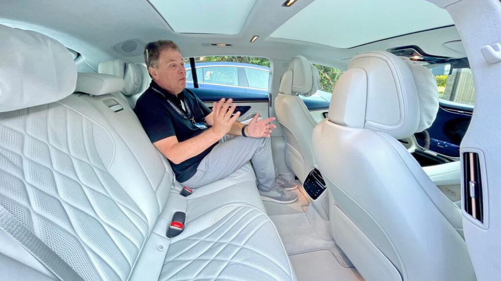 """Reichlich Bein-, mit elektrischem Panoramadach aber relativ wenig Kopffreiheit  Der Innenraum des Mercedes EQS ist in der Topversion mit feinstem Leder ausgeschlagen. Verarbeitungsmängel wie im Tesla sucht man hier vergebens. Ein nettes Feature sind die """"Kuschelkissen"""" an den Kopfstützen."""