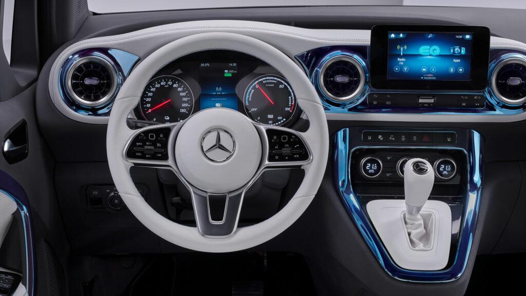 """""""Besonders hochwertige Ästhetik""""  Blick auf das Cockpit des Concept EQT. Das innovative Multimedia-System MBUX ist zwar an Bord. Doch das Zentraldisplay fällt hier deutlich kleiner aus als etwa im EQA. Foto: Mercedes"""