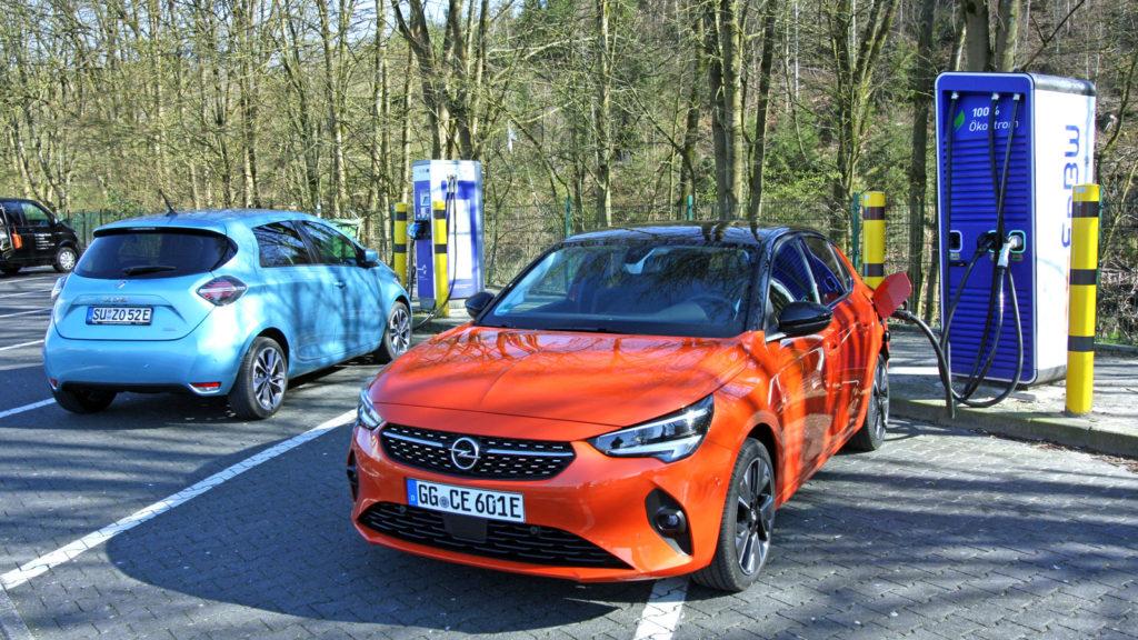 Opel Corsa-e und Renault Zoe an einer Schnellladesäule von EnBW