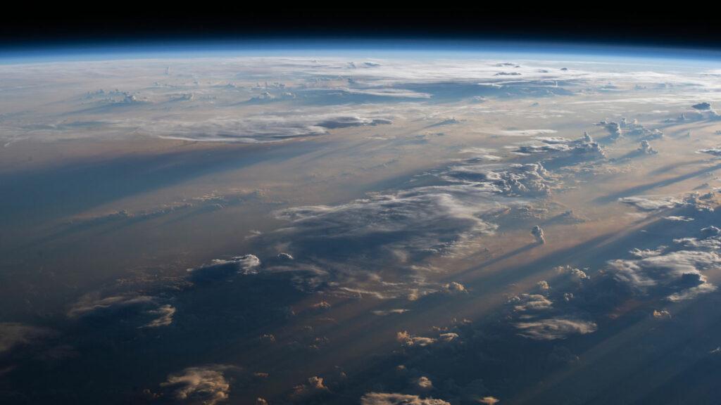 Sonnenaufgang über der Philippinischen See. Blick von der Internationalen Raumstation ISS.