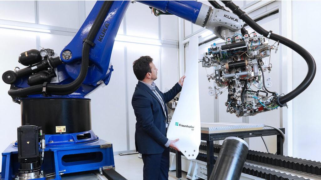 Klein, leicht und möglichst effizient  So innovativ wie die im 3-D-Drucker entstandene Form ist die Fertigung der aus Faserverbundstoffen bestehenden Rotorblätter, Marcello Ambrosio betreut das Projekt am Fraunhofer-Institut IAP. Foto: Fraunhofer