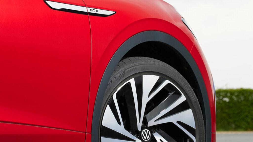 Auf großem Fuße Serienmäßig kommt der ID.4 in der Ausführung GTX auf 20 Zoll großen Rädern daher. Unser Testwagen trug eine Nummer größer.