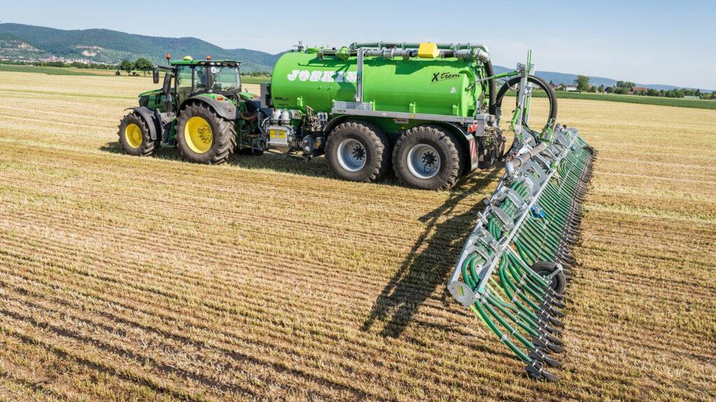 """Erst messen, dann düngen  Ein so genanntes """"Harvest Lab"""" am Hänger ermittelt auf dem Feld mittels eines Infrarotsensors zunächst den Nährstoffgehalt der Gülle, bevor diese dosiert ins Erdreich eingegrubbert wird. Foto: John Deere"""
