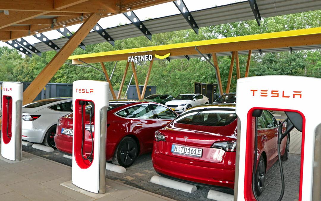 Tesla und Fastned unter einem Dach