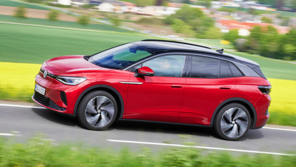 Überholmanöver können im VW ID.4 auf Knopfdruck verkürzt werden - für 30 Sekunden und wenn der Akku im Fahrzeugboden wenigstens noch zu 88 Prozent geladen ist, gibt es bis zu 299 PS Leistung. Foto: Ingo Barenschee für Volkswagen