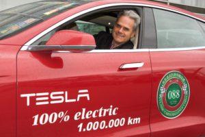 1-Million-Kilometer-König Hansjörg von Gemmingen-Hornberg in seinem Tesla Model S.
