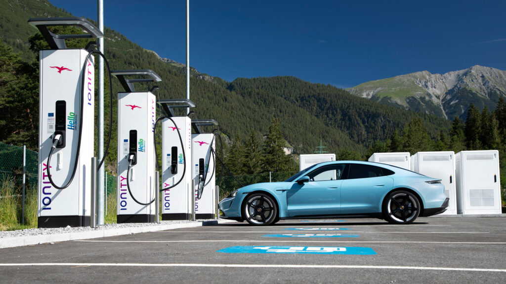 Porsche Taycan am HighPower-Charger von Ionity