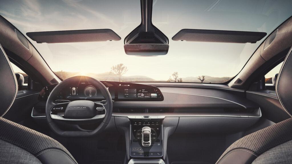 Ein wenig von Porsche, ein wenig von Tesla  Blick in den Innenraum des Lucid Air. Besonders imposant: Das Panoramadach geht in die Windschutzscheibe über. Foto: Lucid