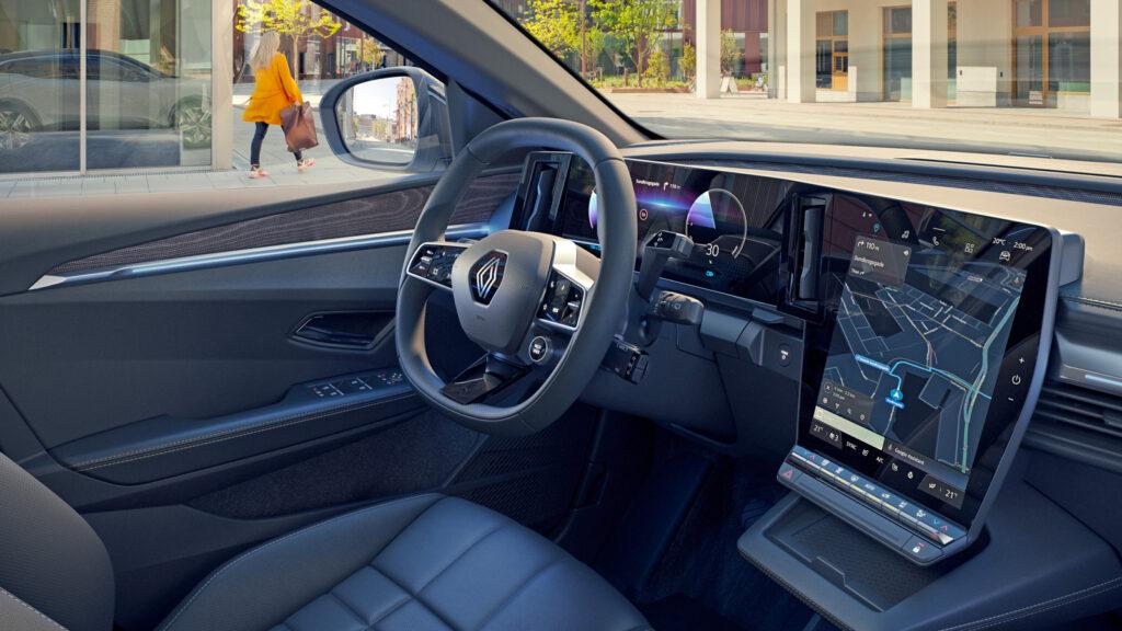 """Zwei Monitore im Zwölf-Zoll-Format  Renault rühmt sich, im neuen Mégane E-Tech den größten Info-Screen in der Kompaktklasse anzubieten. Insgesamt 774 Quadratzentimeter zählen die beiden Multimedia-Monitore vor dem Fahrer und in der Mittelkonsole - """"Oh Google"""". Foto: Renault"""
