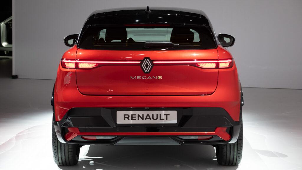 """Typisch Renault Bis auf das neue Logo irgendwie vertraut - und trotzdem eine """"Renaulution"""" ist auch das Heck des neuen Renault Mégane E-TECH Electric - hier zu Abwechslung in der Ausführung Rot-Metallic.  Foto: Angelika Emmerling für Renault"""