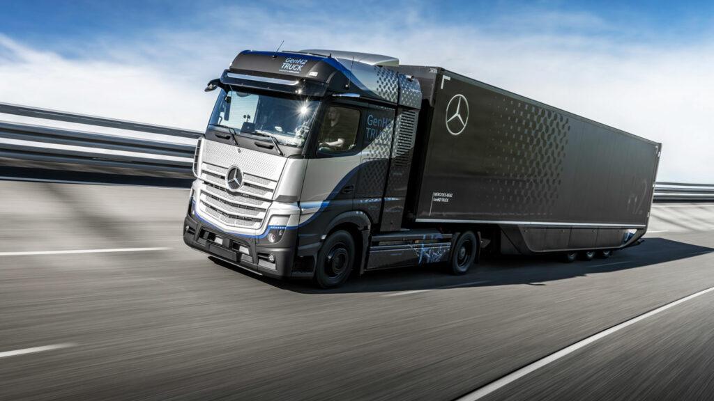 1000 Kilometer ohne Tankstopp Der Mercedes GenH2-Laster ist von einem batterieelektrischen eActros äußerlich kaum zu unterscheiden. Der Unterschied ist die Reichweite: Mit Flüssigwasserstoff kommt der Lkw doppelt so weit wie das Elektro-Lkw. Foto: Daimler Truck