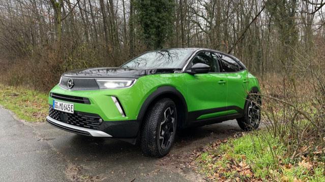 Opel Mokka-e in Matcha Grün bei einer Ausfahrt ins Gelände