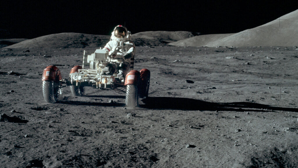 """Ewige Spuren im Mondstaub Eugene Cernan von Apollo 17 war der vorerst letzte Nasa-Astronaut, der im Dezember 1972 mit einem """"Lunar Roving Vehicle"""" über die Mondoberfläche fuhr. Insgesamt 34 Kilometer legte er mit dem Auto während des dreitägigen Aufenthalts zurück. Foto: Nasa"""