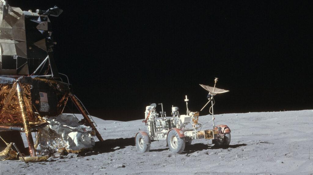 """Rover-Parkplatz vor der Mondlandefähre """"Orion"""" Während der Apollo 16-Mission im April 1972 diente der Mondrover nicht nur zur Erkundung des Monds bei zahlreichen Außeneinsätzen, sondern auch als Modul für die Übertragung der Fernsehbilder zur Erde. Foto: Nasa"""