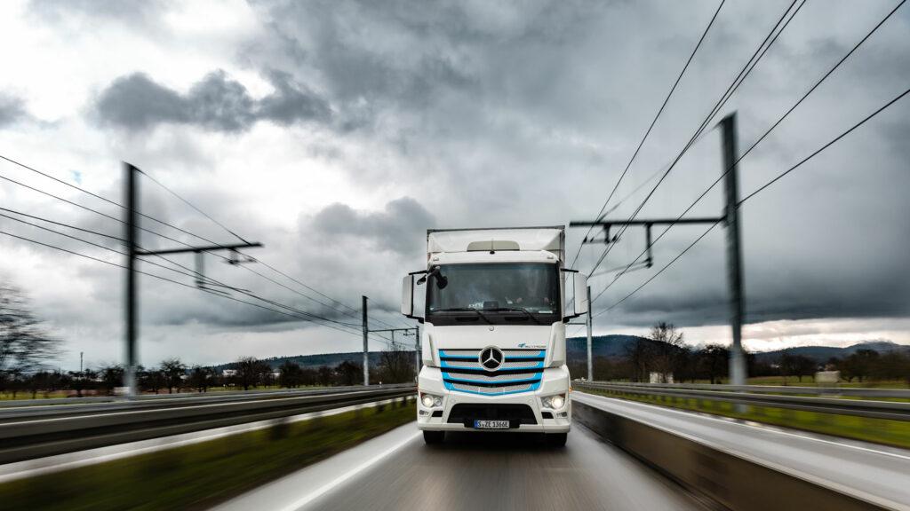 Oberleitung? Nein, Danke!  Von Elektro-Lastern, die den Fahrstrom aus einer Oberleitung beziehen, hält man bei Daimler Truck überhaupt nichts. Beim Großversuch in Baden-Württemberg wird ein rein batteriebetriebener eActros zu Vergleichsfahrten eingesetzt. Foto: Daimler