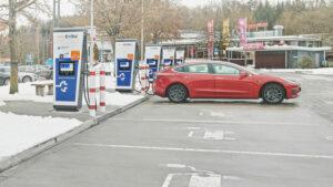 Tesla Model 3 am EnBW-Schnellladepark an der Autobahn 8 in Sindelfingen