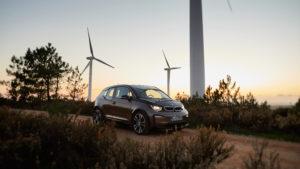 BMW i3 vor Windkraftanlagen