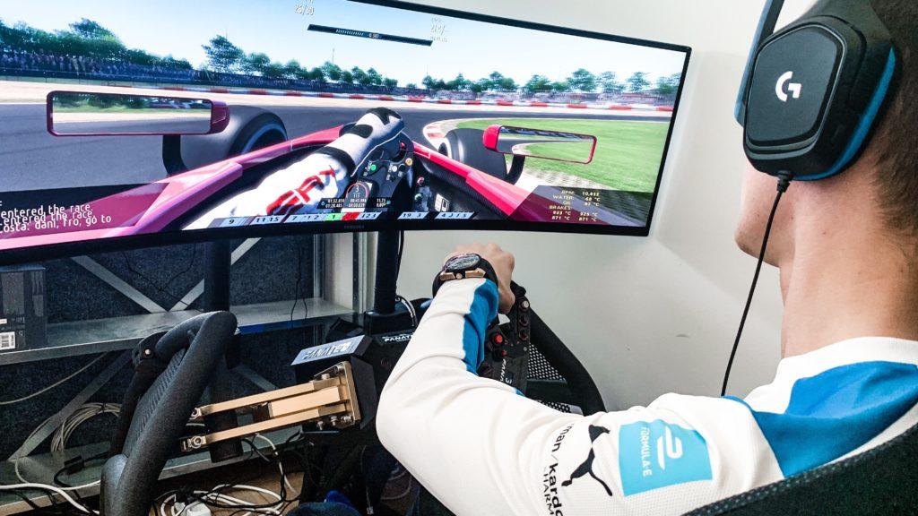 Formel e: BMW-Fahrer Maximilian Günther am Rennsimulator