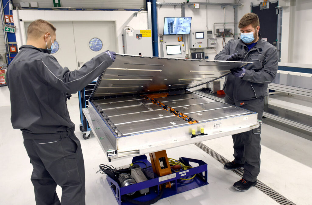 3600 Batteriesysteme im Jahr will Volkswagen zunächst in seiner Pilotanlage zerlegen. Dafür reichen im ersten Schritt vier Mitarbeiter, die im Einschichtbetrieb arbeiten. Foto: VW