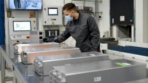 VW-Mitarbeiter inspiziert die Lithium-Ionen-Batterie eines Elektroautos.