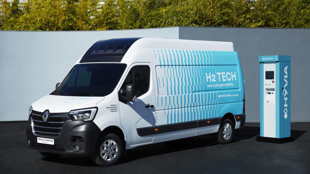 E-Transporter 500 Kilometer Reichweite  Der Renault Master H2-TECH kommt mit einer 33-kWh-Batterie sowie einer 30-kW-Brennstoffzelle, die mit Wasserstoff aus vier Tanks gefüttert wird, bis zu 500 Kilometer weit. Foto: Renault