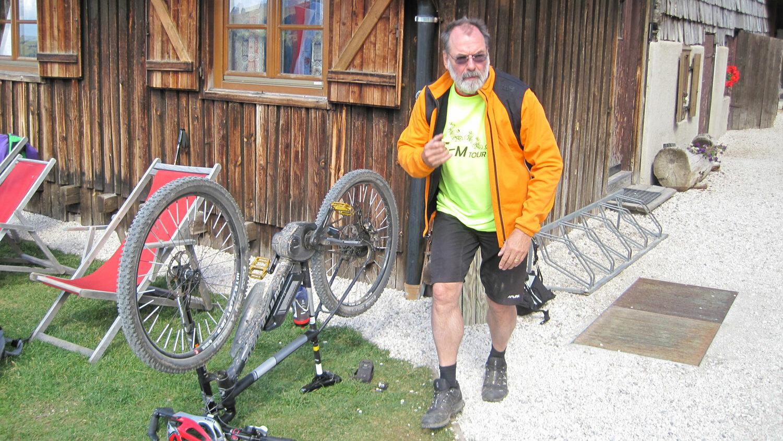 Große Inspektion  Nahe der Alpisella-Höhe bei 2300 Metern fiel zum ersten Mal auf dieser Tour der Strom aus.