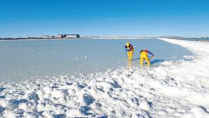 Entnahme von Salzproben im Salar de Uyuni