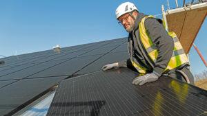 Montage von Solarmodulen auf einem Hausdach