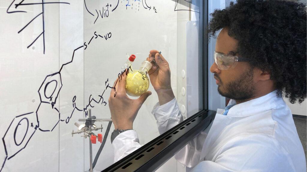 Wasser spalten mit Bioenzymen statt Platin Durch die Einbettung in Polymere werden die hochempfindlichen Enzyme geschützt, so dass sie wochenlang für die Wasserstoffumwandlung genutzt werden können. Am TUM Campus Straubing für Biotechnologie und Nachhaltigkeit hält Dawit T. Filmon einen der Ausgangsstoffe in seinen Händen. Foto: TUM
