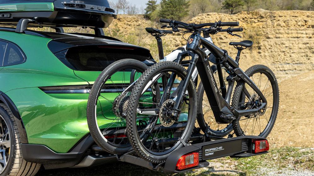 Eigenentwicklungen von Porsche  Sowohl den Fahrradträger als auch die E-Bikes haben die Zuffenhausener selbst konzipiert. Produziert werden die Fahrräder von Premiumhersteller Rotwild. Foto: Porsche